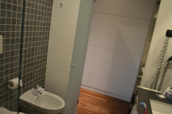 H10 Roma Citta: This is the bathroom, there is actually a toilet and a bidet, nice big shower and full length mi