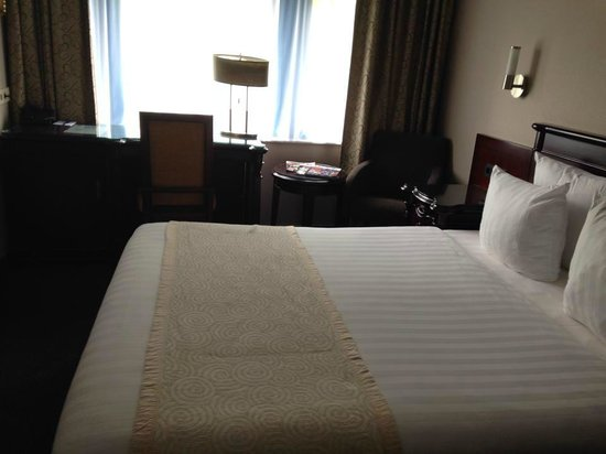 BEST WESTERN Blue Square Hotel: Comfy bed! Plenty of storage