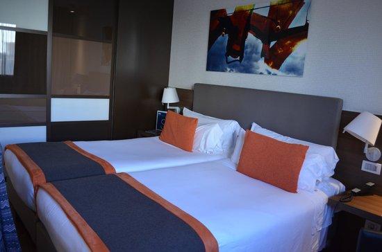H10 Roma Citta: Very nice room! Big closet, full length mirror, desk with phone, vanity area!