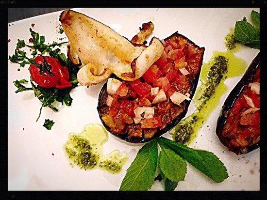 Delphi: Aubergine aus dem Backofen, Minze-Tomaten, süßer Knoblauch, gegrillter Kalamari