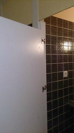 Hotel La Folie : La porte des WC avec un broyeur.