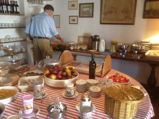 Fattoria e Villa di Rignana: more breakfast, honor bar for wine against the wall