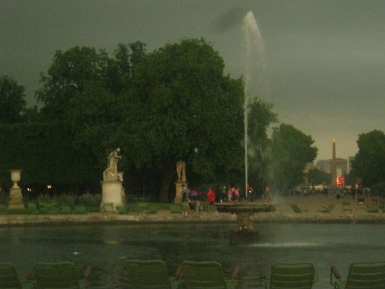 just before the rain on the way to Musee de l'Orangerie
