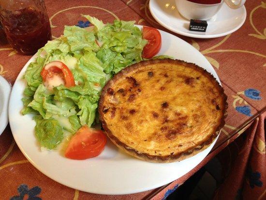 Au Croissant Doré: Quiche lorraine with salad