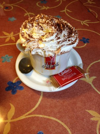 Au Croissant Doré: Quite nice hot chocolate with a Lotus speculoos cookie