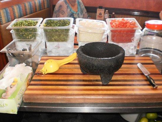 Mi Pueblo Mexican Restaurant: Mise en place para elaborar Guacamole.