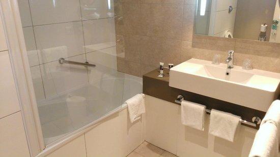 Mercure Paris Sud Les Ulis: Bathroom