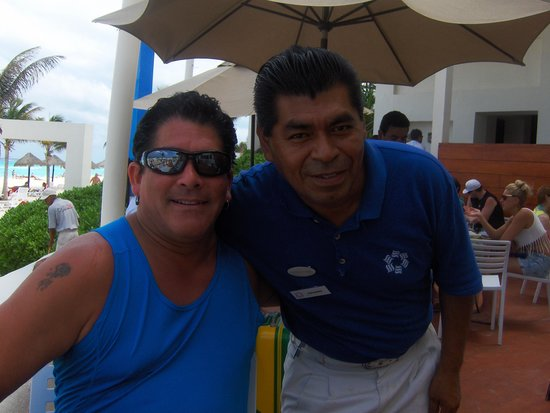 Grand Oasis Cancún: Leandro at Cocoa restaurant is excellent