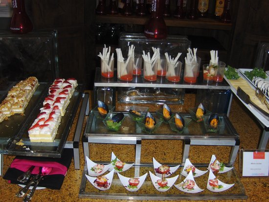 Grand Oasis Cancún: Lunch appetizers at the VIP Lounge