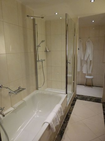 Maritim Hotel Berlin: Bathroom