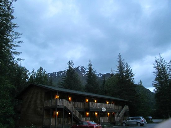 Kenai Fjords Tours : The lodge at midnight June 22