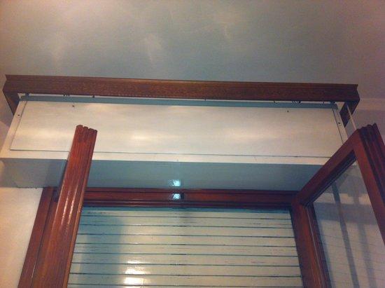 Albergo Milano: Camera senza tende, non molto comoda considerando la posizione ravvicinata degli altri edifici
