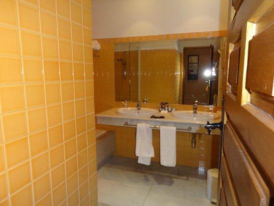 Parador de Fuente Dé: Bathroom with tub/shower