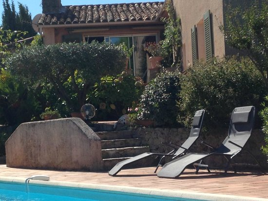 Lou Spirou: View of the house from the pool side