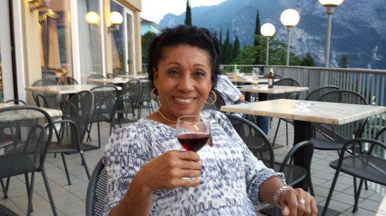 Panoramic Hotel Benacus: Tomando um vinho na varanda do hotel.