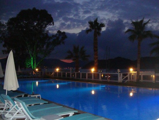 Club Adakoy Resort Hotel : The pool at night