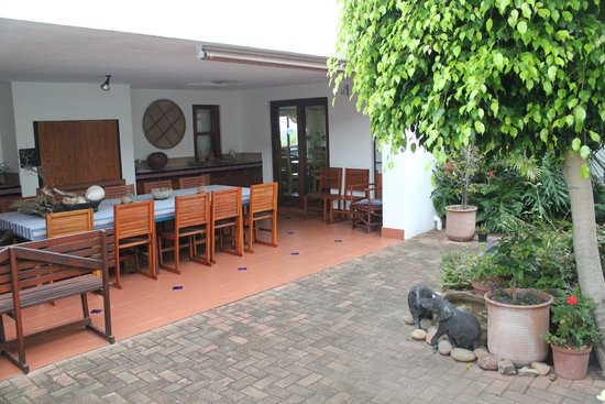 Glentana, Sydafrika: Outdoor dining area. Unfortunately it rained every day we were there so we didn't get to use it!