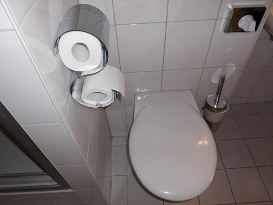 A&O Muenchen Hackerbruecke: Störend angebrachte Toilettenpapierspender