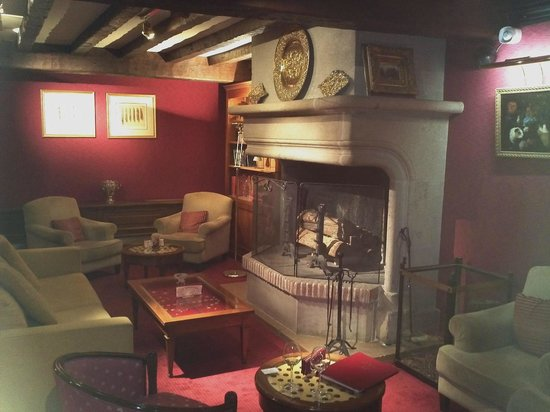Hostellerie La Briqueterie : Lounge - warm and intimate, with an extensive wine list.