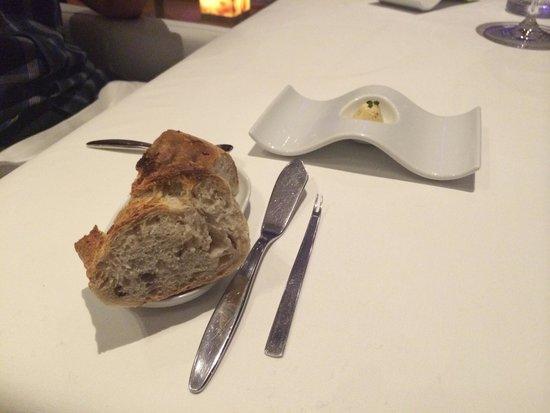 Tempo by Martin Berasategui: Pãozinho de antepasto com manteiga de mostrada