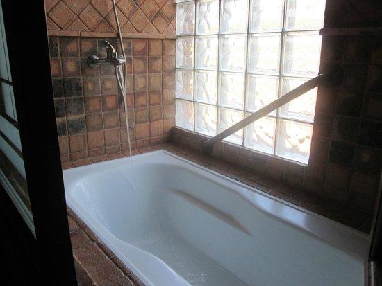 Hosteria de la Plaza Menor: una bañera muy comoda