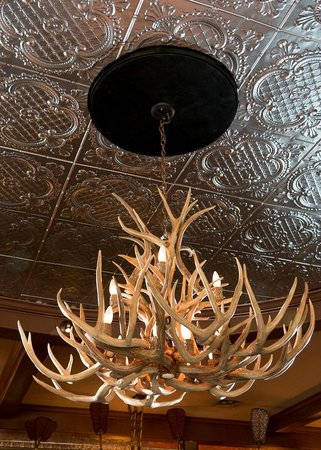 Alpenhorn Bistro & Bar: Beautiful BC built center piece