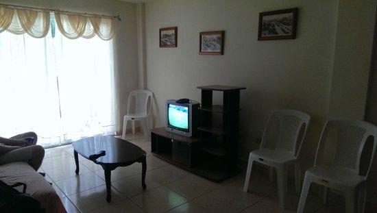 Aparthotel El Montecarlo: Sala de estar, con sofacama algo sucio, le pusimos una sabana encima