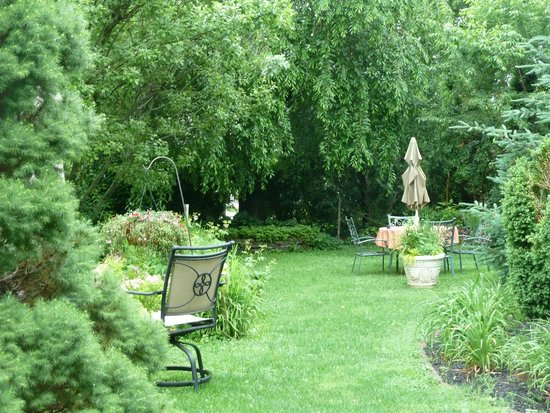 EJ Bowman House Bed and Breakfast: back garden area