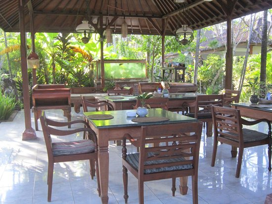 Bumi Ayu Bungalows: Seating area in middle garden with Reading books etc. Can eat here too.
