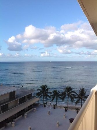 Outrigger Reef Waikiki Beach Resort: The view from our room on the 9th floor.