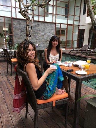 Sense Hotel Seminyak: Restaurant pool area