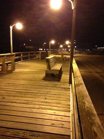 Oceanana Family Motel: Fishing pier at night