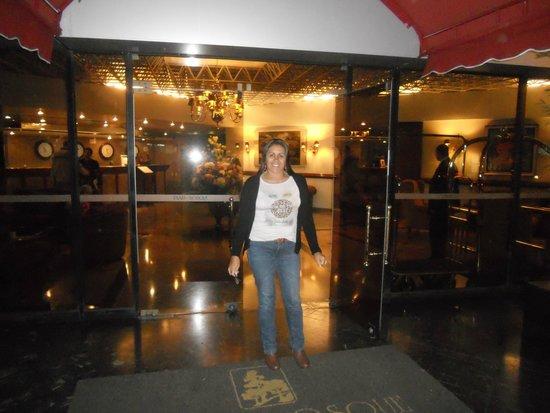 Suites Del Bosque Hotel: Em frente ao hotel
