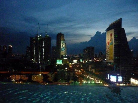 Eastin Grand Hotel Sathorn: Vista del atardecer en Bangkok desde la piscina