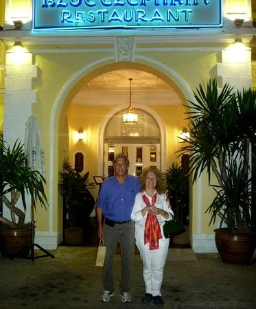 Eastin Grand Hotel Sathorn: Ali y yo en la entrada del Blue Elephant