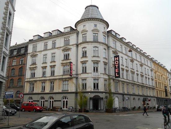 Ibsens Hotel: Building
