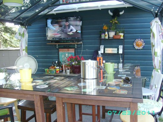 KC's Backyard Bar: The Bar