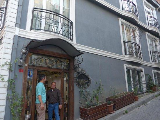 Basileus Hotel: Outside Hotel Lobby