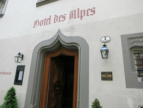Hotel des Alpes: The entry way to the hotel on the city side.
