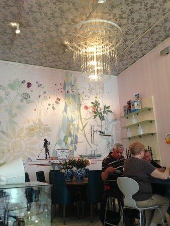 The Royal Cafe : Inside the Royal Smushi Cafe
