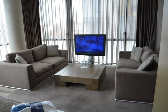 Radisson Blu Royal Hotel, Dublin : seating area and TV