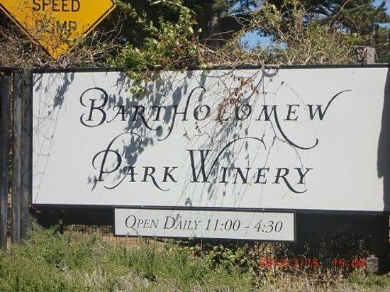 Bartholomew Park Winery: ワイナリー入口のサインボード