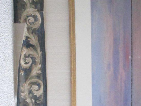 Howard Johnson Hotel South Portland: peeling wallpaper