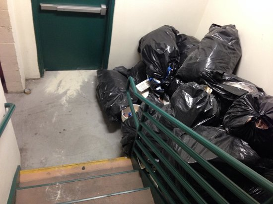 Comfort Inn & Suites Near Universal - N. Hollywood - Burbank: Trash piled up in Starway