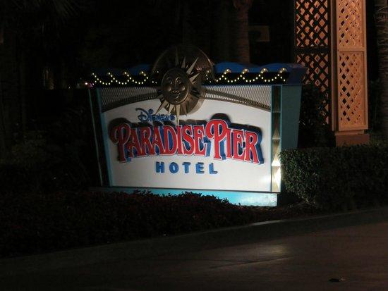 Disney's Paradise Pier Hotel : ホテルの看板