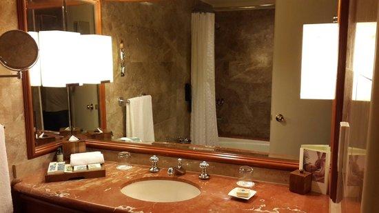 Regent Singapore, A Four Seasons Hotel: Bathroom...