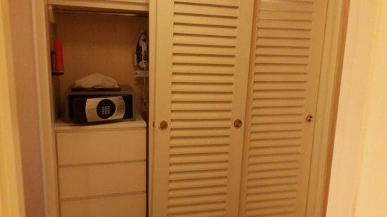 Regent Singapore, A Four Seasons Hotel: Large closet