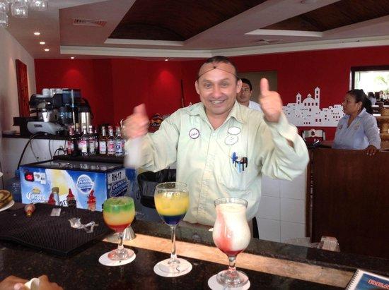 Ocean Spa Hotel: Julio bartender e seus drinks deliciosos.