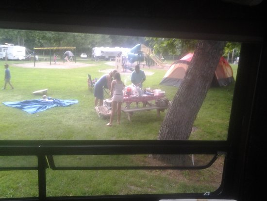Hersheypark Camping Resort: picnic table party