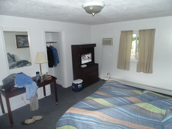 Paris Inn Motel: The room